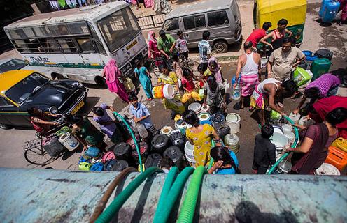 Mujeres cargando agua en Delhi