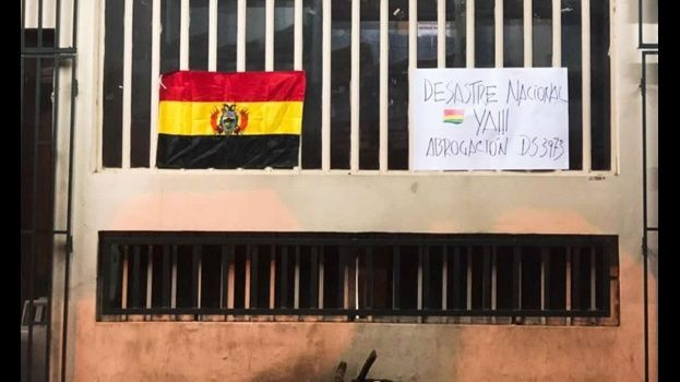 Instituciones amanecen con banderas en luto - Protestas reclamando Desastre Nacional en Bolivia